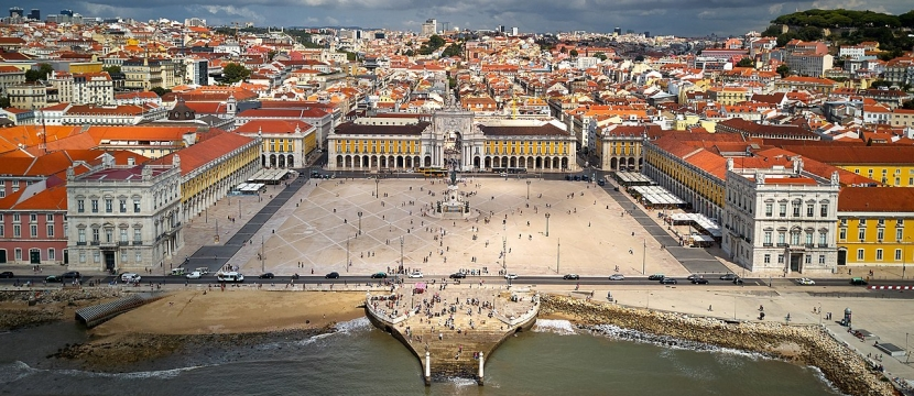 1280px-Lisbon_main_square_(36622604910)